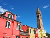 Burano, Venezia, Italien Bunte Häuser in Burano-Insel und im berühmten gekrümmten Glockenturm lizenzfreie stockfotografie