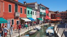 Burano Venezia, Italien Gata med färgrika hus i den Burano ön under en helg med många turister royaltyfri foto