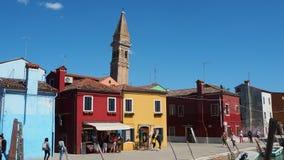 Burano, Venezia, Włochy Kolorowi domy w Burano wyspie i sławny koślawy dzwonkowy wierza zdjęcie wideo