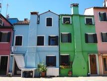 Burano, Venezia, Włochy Ulica z kolorowymi domami w Burano wyspie obraz royalty free