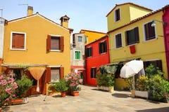 Burano Venice/den lilla gården med ljusa väggar av hus Arkivbild