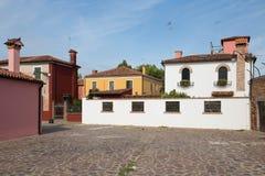 Burano, Venice/mały jard z jaskrawymi ścianami domy Zdjęcia Royalty Free