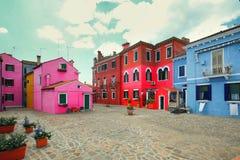 Burano, Venice/mały jard z jaskrawymi ścianami domy Fotografia Stock