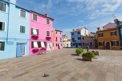Burano, Venice/mały jard z kolorowymi ścianami domy Obrazy Stock
