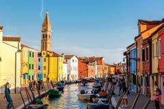 Burano wyspa, Wenecja Włochy, Wrzesień, -, 2017: Kolorowi domy z kanałem i opartą dzwonkowy wierza dzwonnicą St Martin obrazy stock