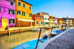 Burano wyspy kanał, kolorowi domy i łodzie, Wenecja, Włochy Obraz Stock