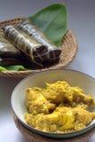 Burasak of het traditionele Bugis voedsel van Buras met Ayam Liku Royalty-vrije Stock Foto's