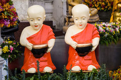 Burattino del monaco del principiante con la ciotola del braccio Fotografie Stock