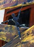 Burattino di legno di posa isolato sul fondo della finestra Immagine Stock