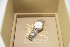 Burberry mężczyzna ` s i kobiety ` s zegarki Odizolowywający zdjęcie royalty free