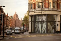 Burberryen shoppar Knightsbridge London Arkivfoto