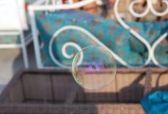 Burbuja de jabón en fondo colorido en el partido del verano Imágenes de archivo libres de regalías