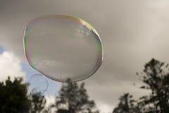 Burbuja de jabón flotante grande Fotos de archivo libres de regalías