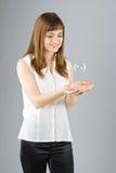 Burbuja de jabón hermosa joven del retén de la muchacha Foto de archivo