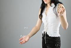 Burbuja de jabón hermosa joven del retén de la muchacha Foto de archivo libre de regalías