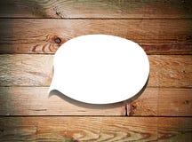 Burbuja de papel del discurso en el fondo de madera Imagen de archivo