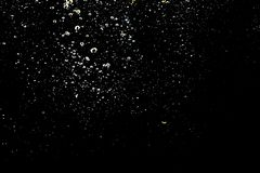 Burbuja del agua en agua en fondos negros fotografía de archivo