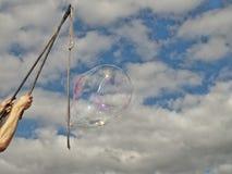 Burbuja del festival que sopla contra el cielo Fotografía de archivo libre de regalías