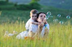 Burbuja del niño de la mujer Fotos de archivo