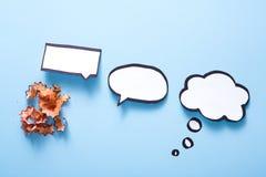 Burbuja en blanco en azul, concepto del discurso de la creatividad Fotos de archivo