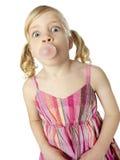 Burbuja que sopla de la chica joven con la goma Imagen de archivo libre de regalías