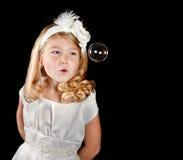 Burbuja que sopla de la muchacha atractiva Foto de archivo