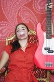 Burbuja que sopla del adolescente por la guitarra Fotografía de archivo libre de regalías