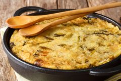 Burbuja y chirrido ingleses de purés de patata cocidos con el primer de la col y de las coles de Bruselas en una cacerola foto de archivo
