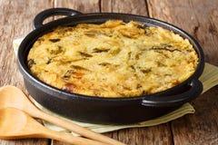 Burbuja y chirrido ingleses dietéticos sanos de la comida de los purés de patata cocidos con la col y las coles de Bruselas en un fotografía de archivo
