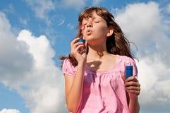 Burbujas adolescentes del soplo de la muchacha Foto de archivo libre de regalías