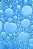 Burbujas azules grandes y pequeñas Fotos de archivo