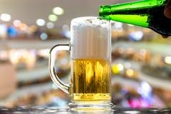 Burbujas blancas de oro de la cerveza Fotos de archivo