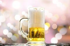 Burbujas blancas de oro de la cerveza Imágenes de archivo libres de regalías