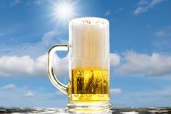 Burbujas blancas de oro de la cerveza foto de archivo libre de regalías