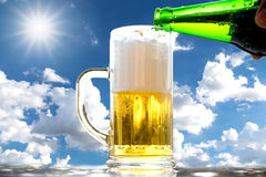 Burbujas blancas de oro de la cerveza imagen de archivo libre de regalías