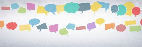 burbujas coloridas de la charla con el fondo gris Foto de archivo