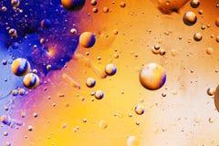 Burbujas coloridas del agua Fotos de archivo libres de regalías
