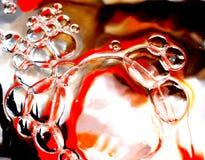 Burbujas coloridas en el agua   Fotografía de archivo libre de regalías