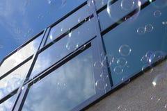 Burbujas contra ventana foto de archivo libre de regalías