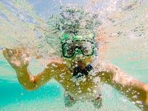 Burbujas de aire del nadador que soplan Imagen de archivo libre de regalías