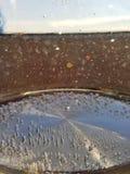 Burbujas de aire en el agua hirvienda fresca con la falta de definición del bokeh imagenes de archivo