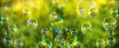 Burbujas de aire en fondo de la hierba imágenes de archivo libres de regalías