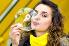Burbujas de jabón adolescentes de la sonrisa que soplan Imágenes de archivo libres de regalías