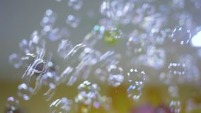 Burbujas de jabón coloridas que flotan en la cámara lenta almacen de metraje de vídeo