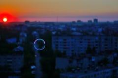 Burbujas de jabón contra el fondo de la puesta del sol Imagenes de archivo
