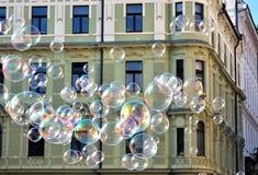 Burbujas de jabón de ciudades europeas imagen de archivo
