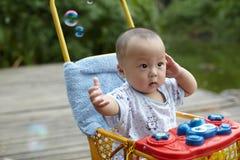 Burbujas de jabón de cogida del niño Imagen de archivo