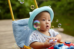Burbujas de jabón de cogida del niño Fotos de archivo libres de regalías