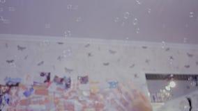 Burbujas de jabón de cogida del niño almacen de video