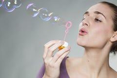 Burbujas de jabón de la muchacha magnífica de los años 20 que soplan para las memorias de la niñez Foto de archivo libre de regalías